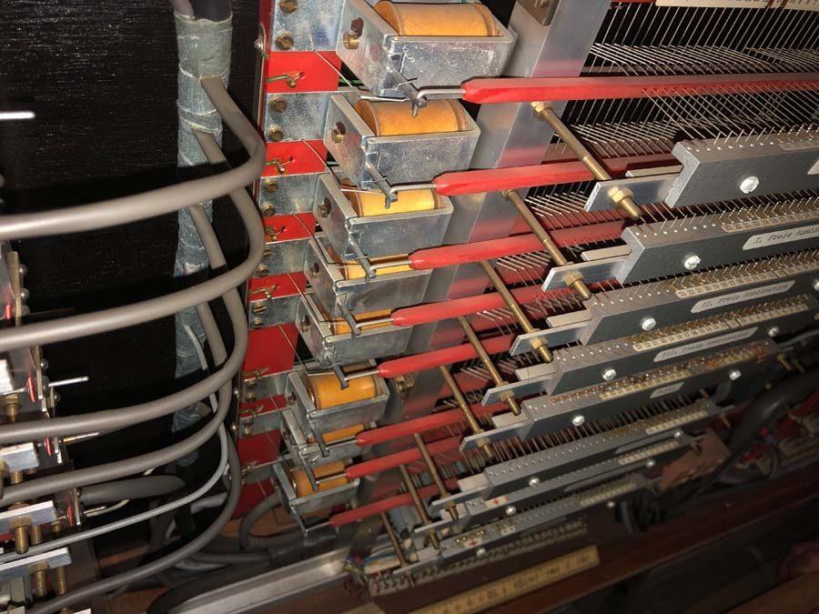 Der Spieltisch der Orgel